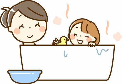 お風呂に入る家族
