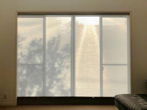 ブラインドで断熱された窓