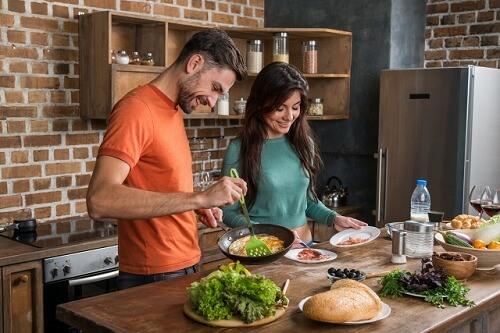 料理作りを楽しむカップル