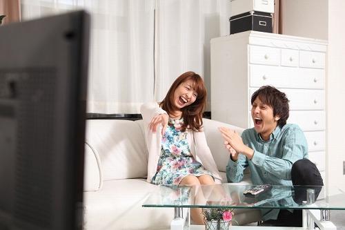 動画鑑賞を楽しむカップル