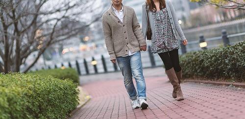 未知の場所を散策中のカップル