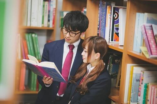 図書館でのデートを楽しむカップル