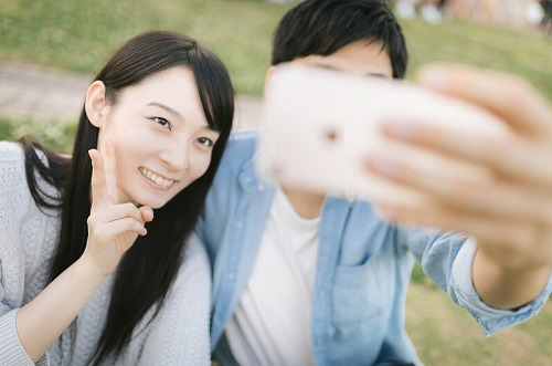 写真撮影を楽しむカップル