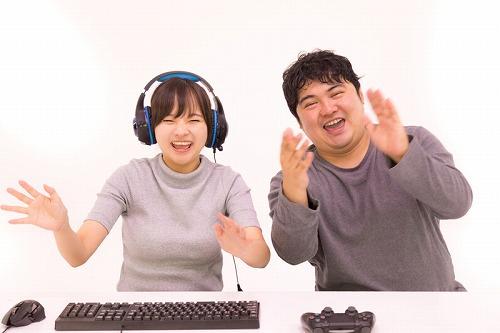 ゲームを楽しむカップル