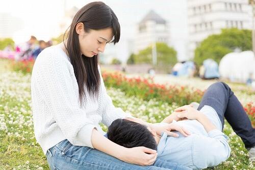 公園デートを楽しむカップル