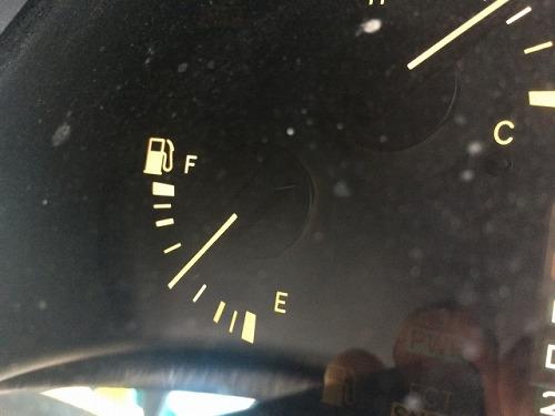 半分までガソリンが給油された車
