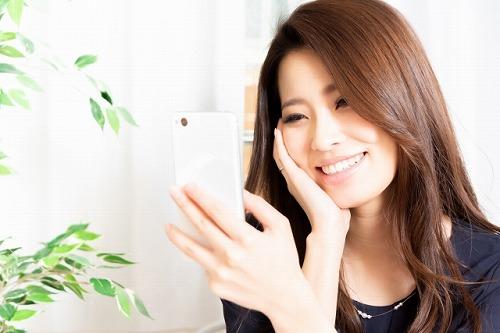 クーポンアプリを探す女性